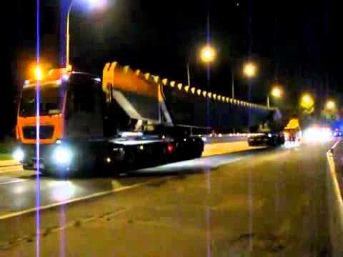 Universal Transport transportiert ein Brückenteil.avi